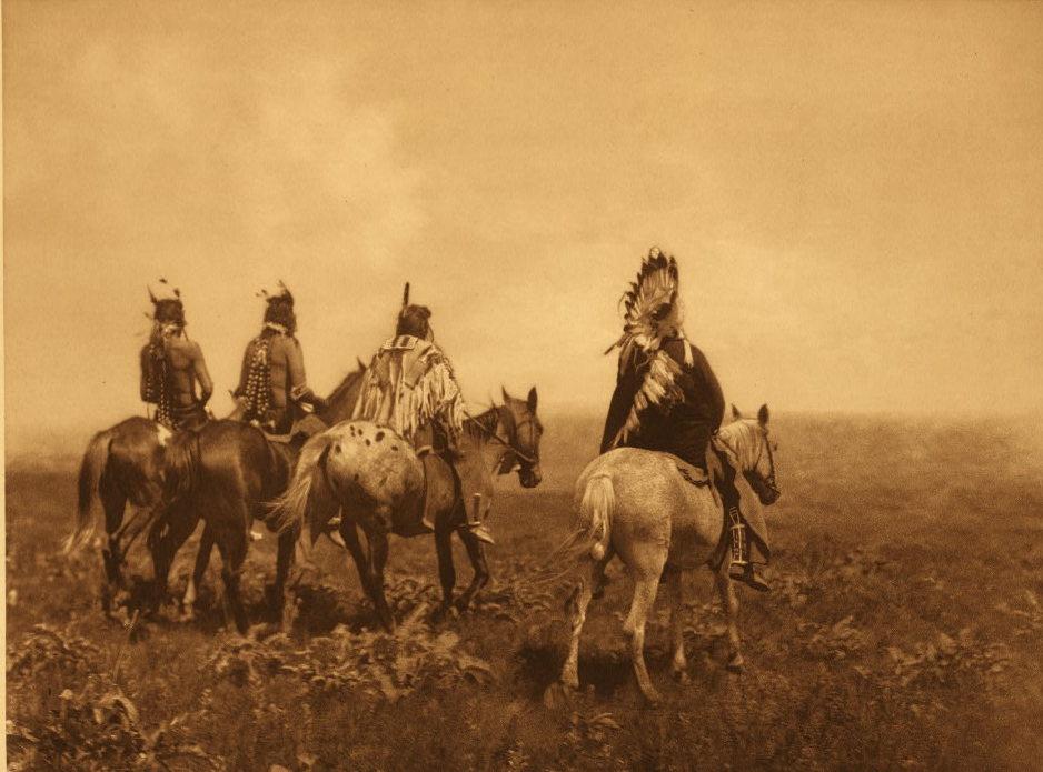 Válečníci kmene Vran a jejich koně. Fotografie Edwadr Curtis.
