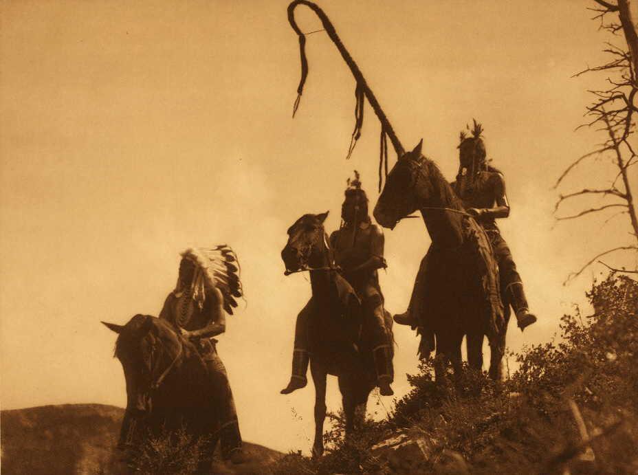 Válečníci kmene Vraních indiánů na koních. Fotografie Edward Curtis.