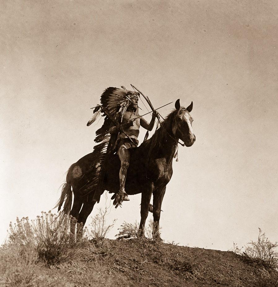 Válečník kmene Vran na koni. Fotografie Edward Curtis.