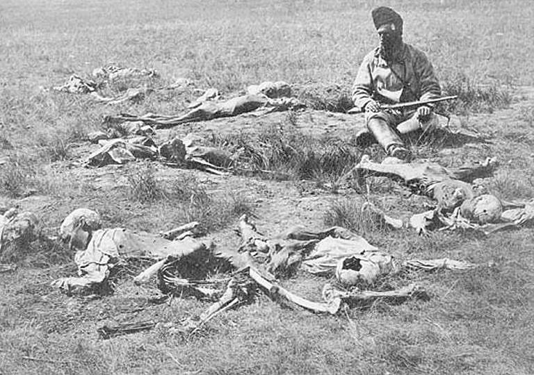 O nejlepší loviště bizonů se vedly mezi kmeny neúprosné boje, které měly za následek mnoho mrtvých. Každý kmen chtěl dominovat a ovládat nejelpší loviště a mít přístup k bělošskému zboží, zejména zbraním. Na dobové fotografii z roku 1874 jsou indiáni kmene Vran zabití Černonožci v nelítostném boji. Všechna těla byla skalpována a prostřílena kulkami.