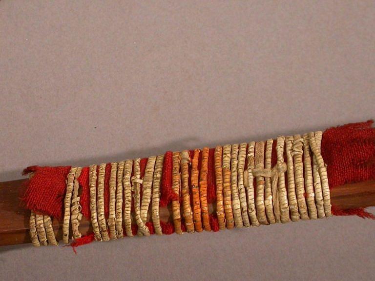Luk ozdobený červenou vlněnou látkou a omotávkou z ursoních ostnů.