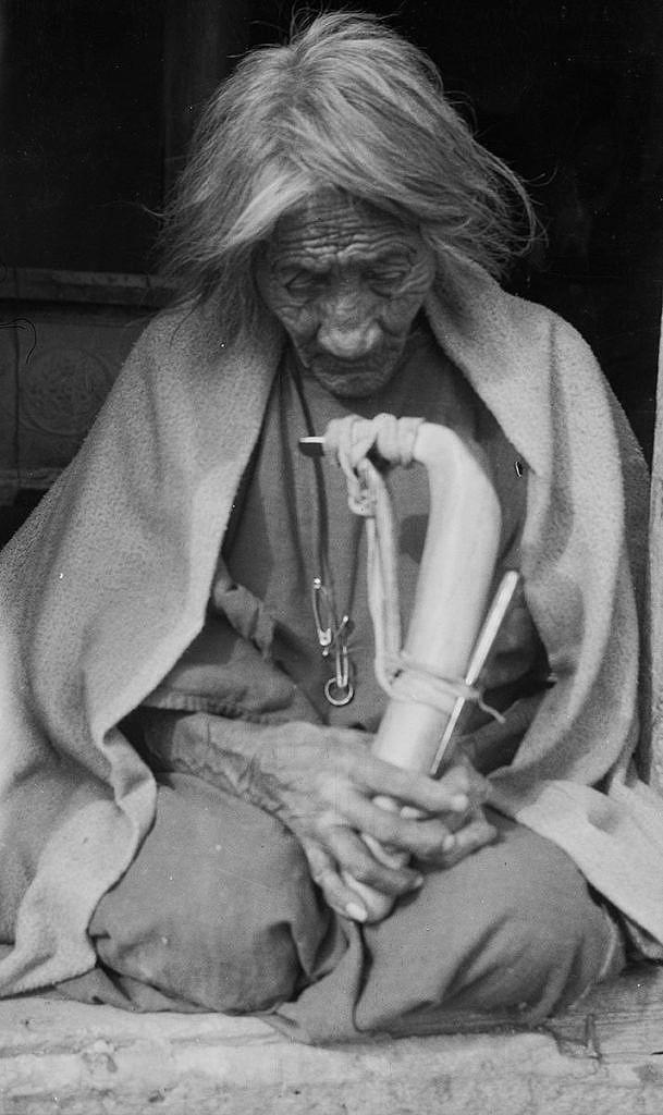 Šajenská žena se skrejprem. Fotografie z počátku 20.století.