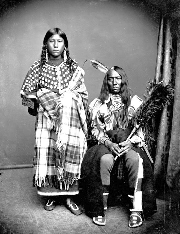 Železný býk s manželkou Stojí s koňmi. Fotografie z delegace Vran do Washingtonu z roku 1873.