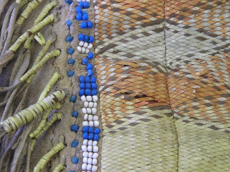 Detail pásu vyšívaného ursoními ostny a korálky.