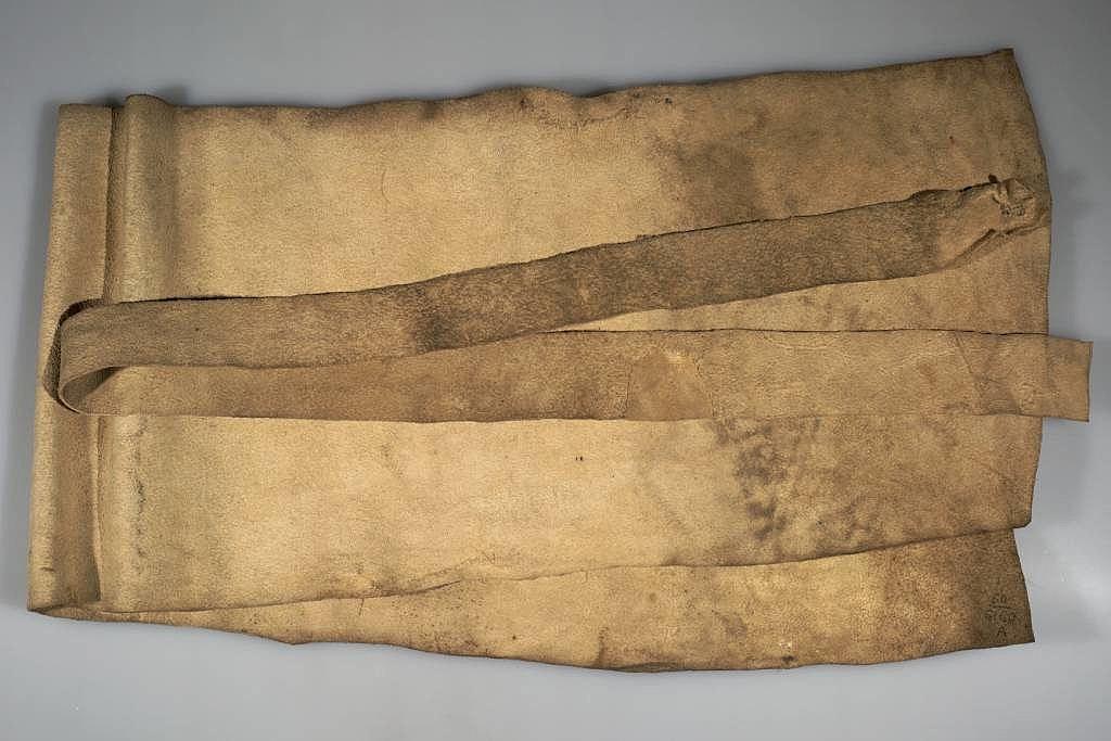 Jelenicová bederní rouška s páskem tvoří jeden celek.