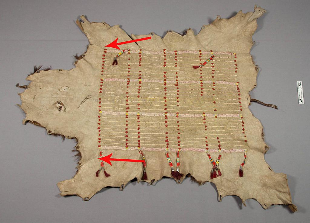 Bizoní plášť, kůže byla stažena indiánským způsobem pomocí tzv. hranatého řezu. Všimněte si typických švů.