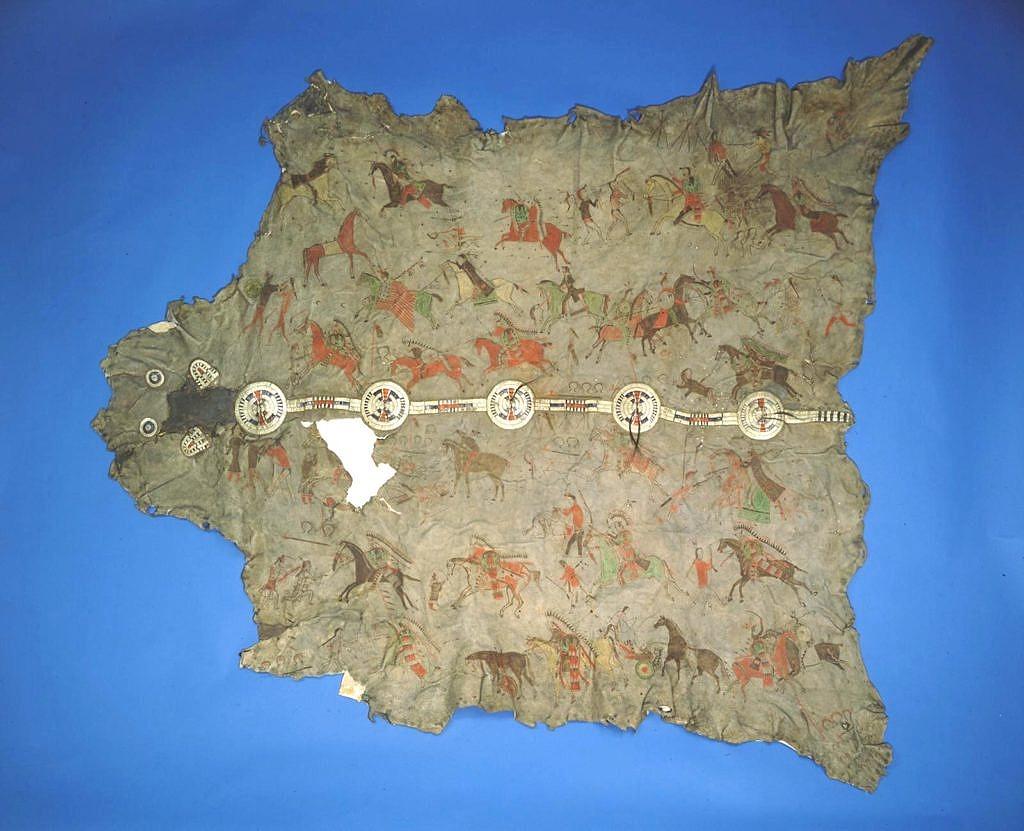 Bizoní plášť z centrálních nebo severních plání. Ozdoben je quillovým pásem a piktografickými výjevy. Všimněte si typických švů. Pennsylvania museum.