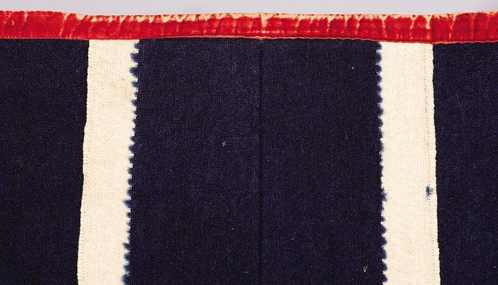 Detail-bílého-neobarveného pruhu na vlněné látce z 19.století.