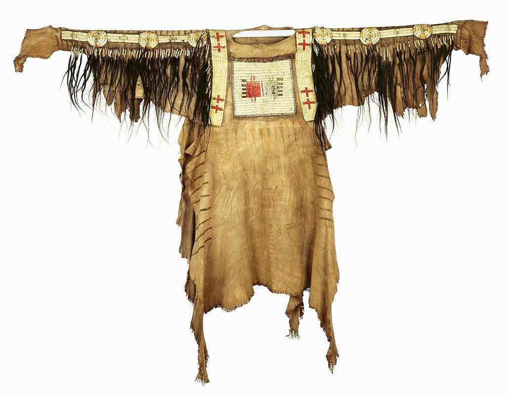 Černonožská košile (před r.1850) vyšívaná ursoními ostny. Pitt Rivers Museum.