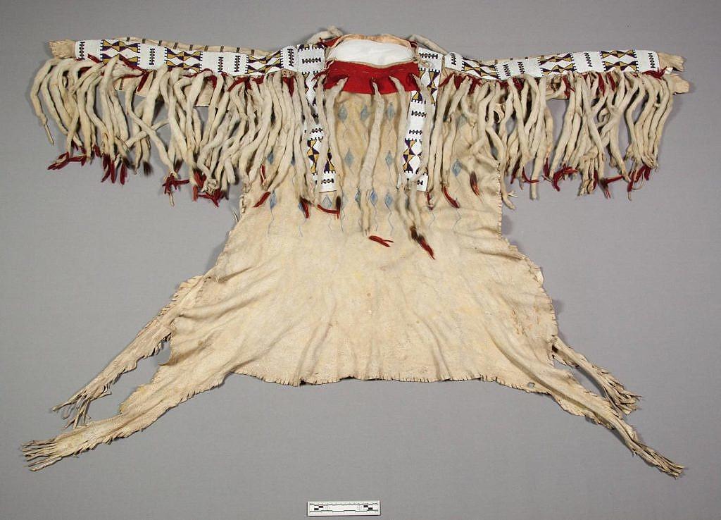 Válečná košile Černonožců s hranostajími kožešinkami. NMNH