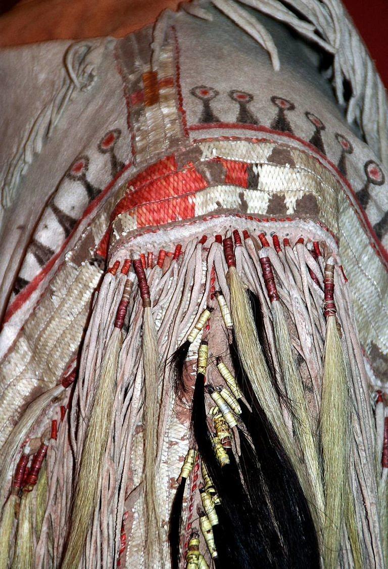 Detail pásu haleny ze severních plání. Ledermuseum Offenbach.