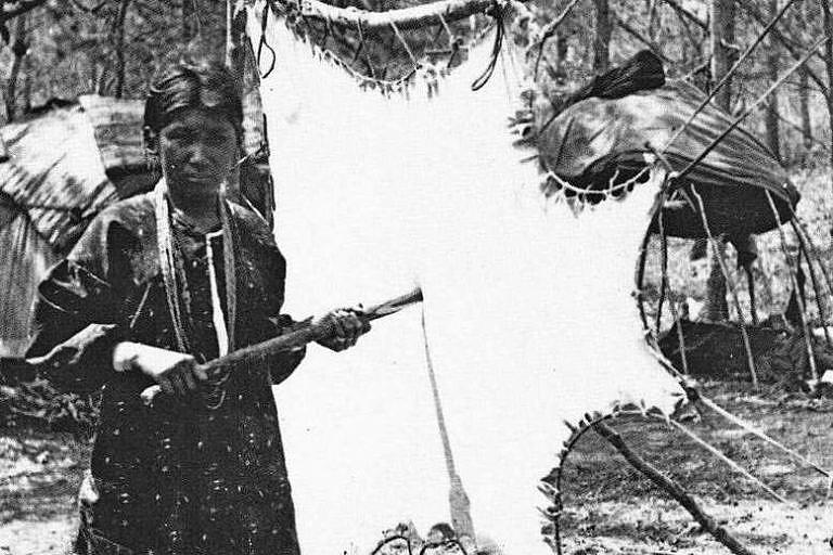 Indiánská-žena-a-kůže-v-rámu.