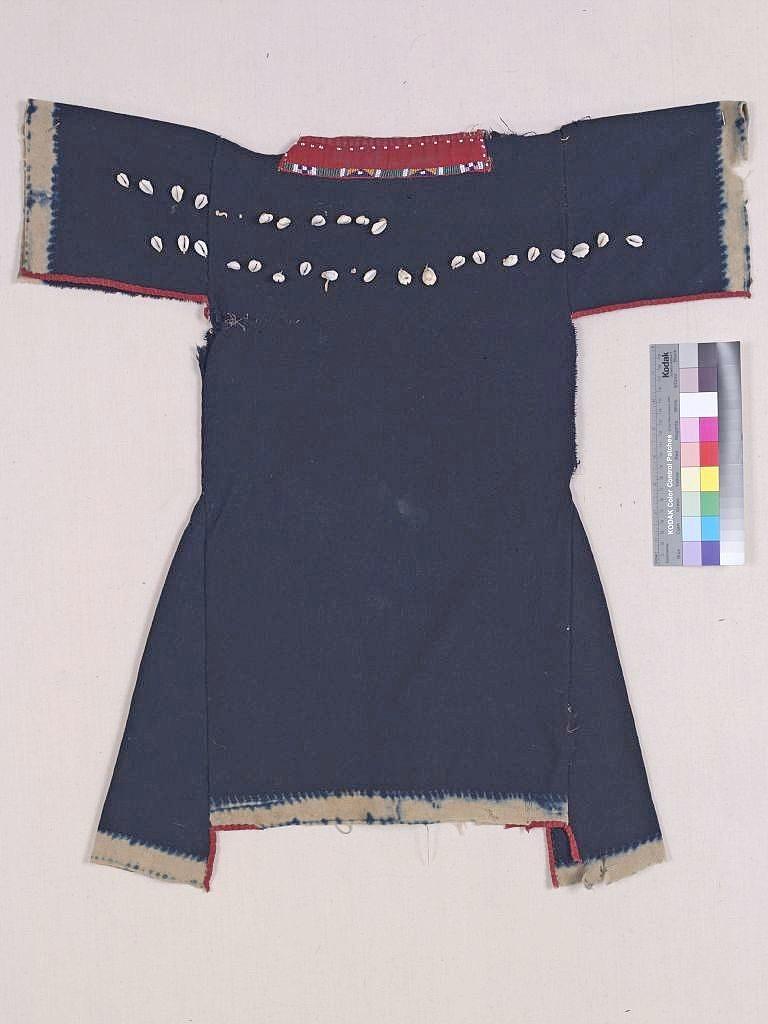 Komančské dívčí šaty.