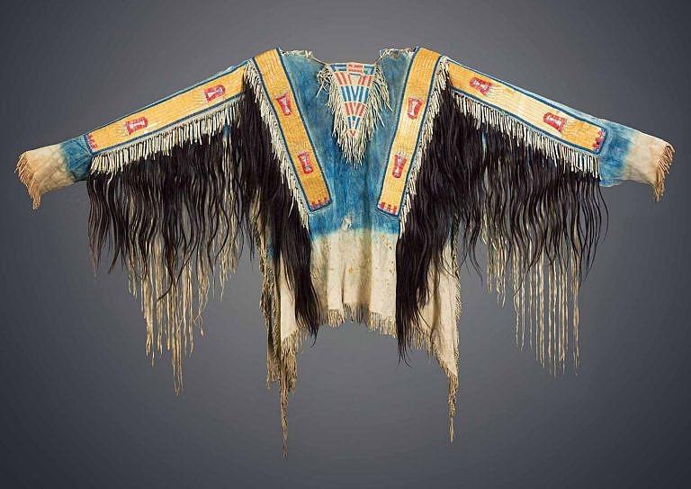 Válečná halena kmene Lakotů. Ozdobena je pásy z ursoních ostnů a prameny lidských vlasů.