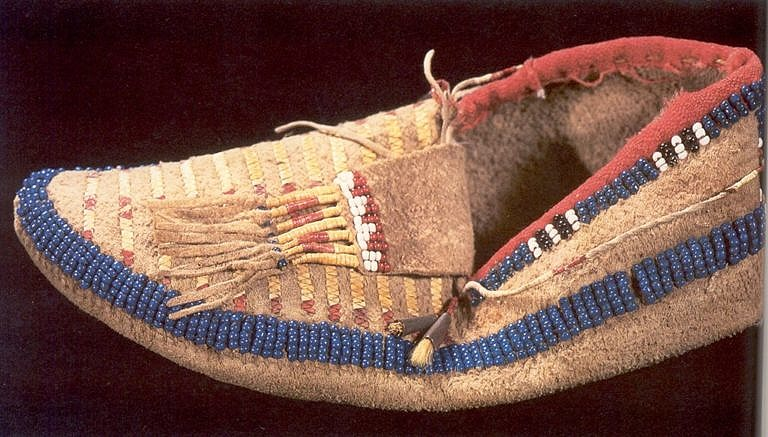 Mokasíny s bočním švem kmene Lakota.