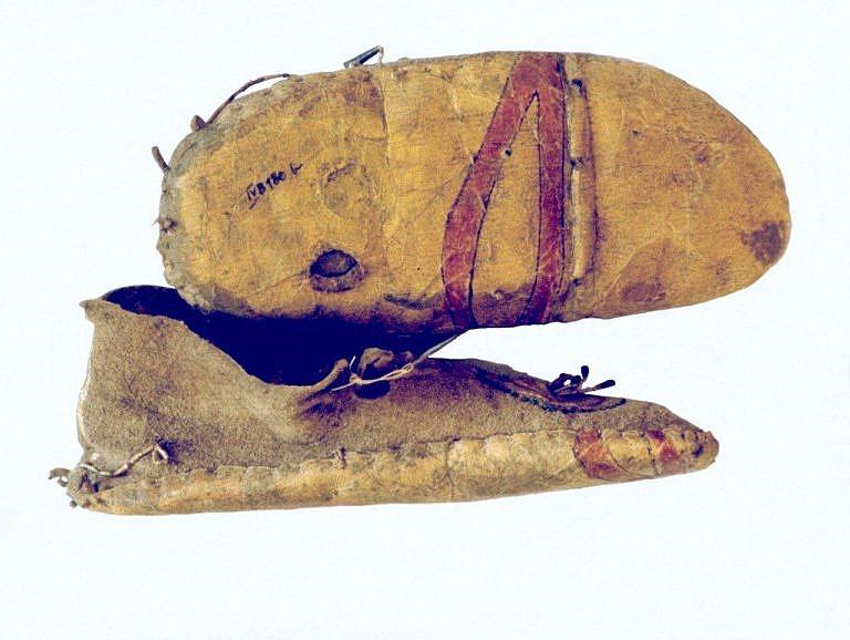 Mokasíny s bočním švem s dodatečně došitou podrážkou ze surové kůže.