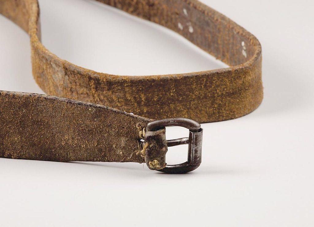 Pásek na bederku z komerční hověziny. Přezka je ocelová s válečkem.