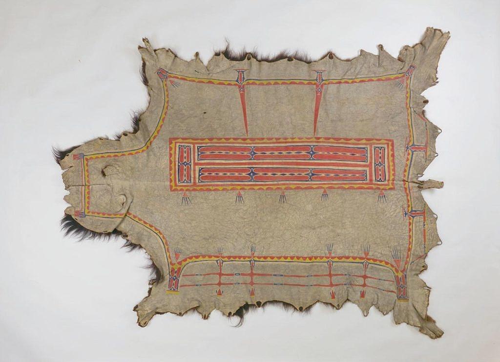 """Bizoní plášť kmene Lakotů. Ozdoben je malbou přírodními hlinkami ve stylu """"box and border"""". Všimněte si typických švů. Pennsylvania museum."""