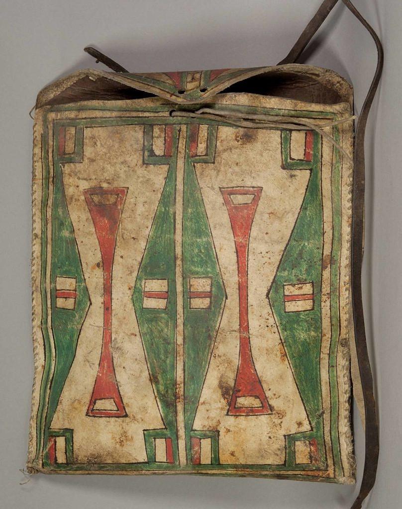 Plochá taška kmene Šajen. Je vyrbená ze surové kůže a malovaná pigmenty.