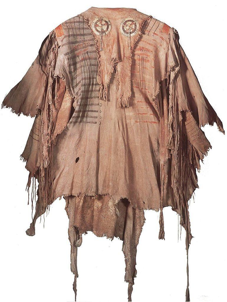 Válečná halena kmene Černonožců z období před rokem 1820. Bryndák ma přirozený tvar krku a je ozdoben quillovými rozetami.