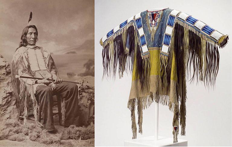 """Náčelník oglalských Lakotů Rudý oblak byl jedním z """"oblečených v košili"""". Na fotografii vlevo má sobě válečnou halenu. Stejná halena je vyfocena na fotografii vpravo."""