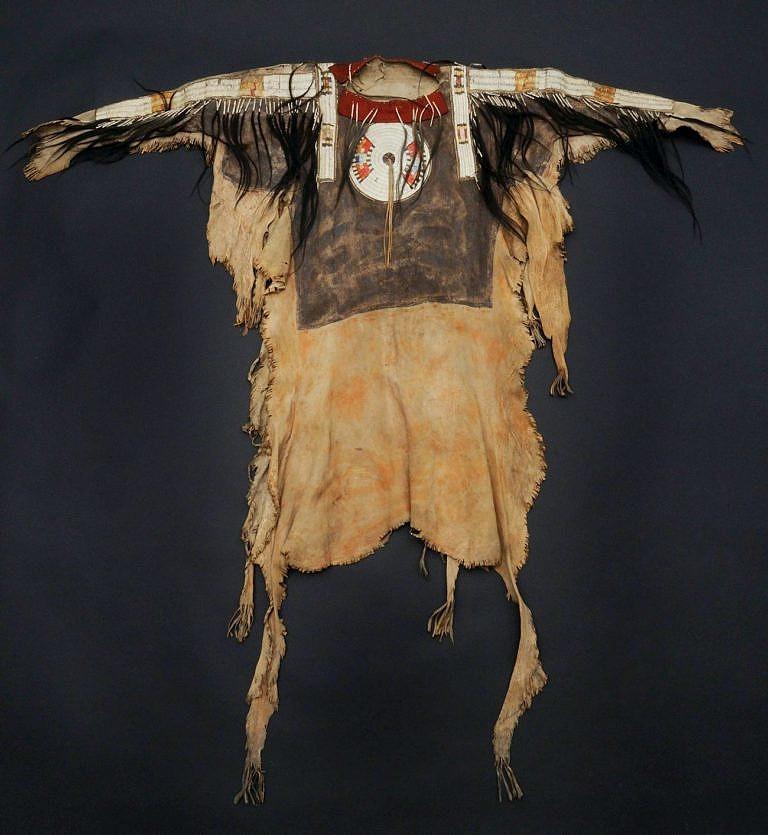 Nádherná válečná košile barvená hlinkami. Museum of Man and Nature