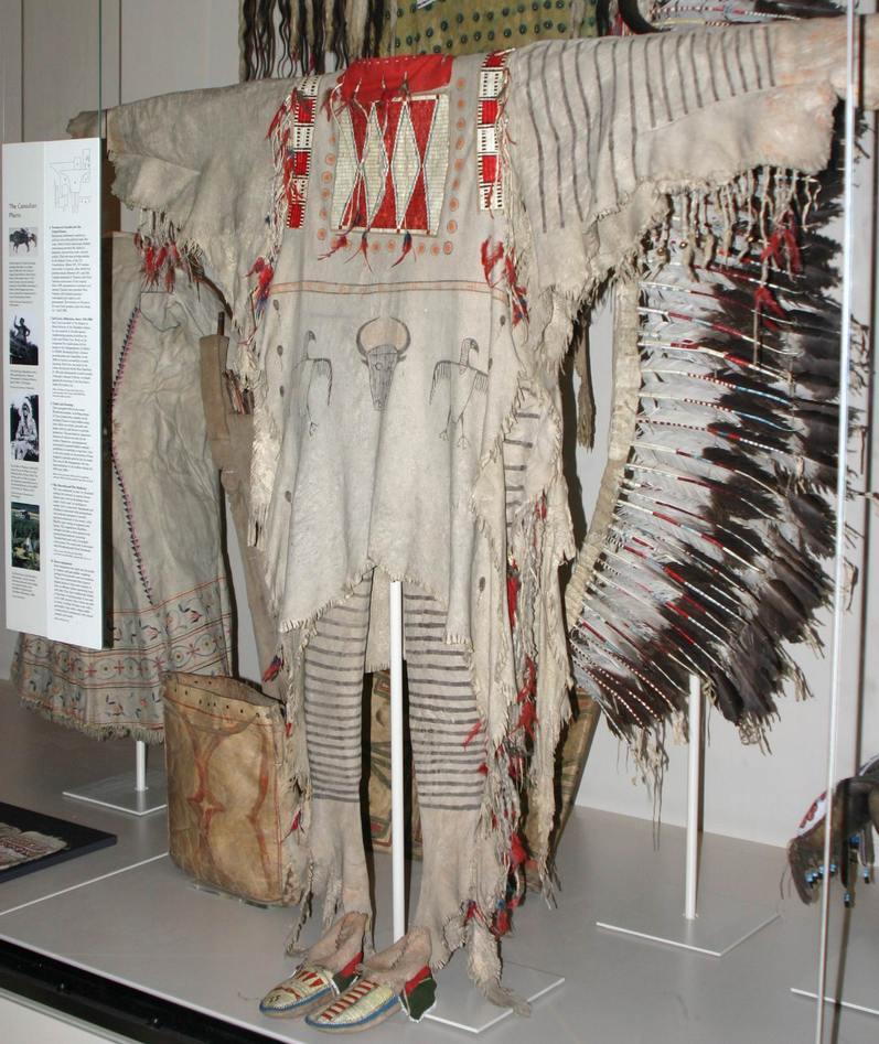 Válečná halena Černonožců v British museu.