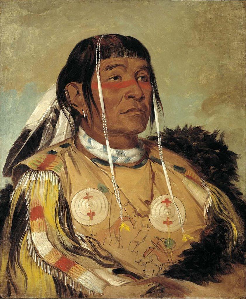Válečník ze severních plání s košilí vyšitou ursoními ostny a s piktografickými bitevními výjevy