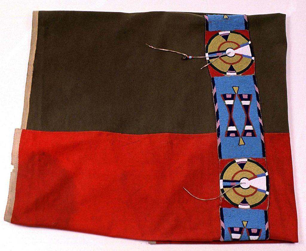 Přehoz s vyšitým pásem vyrobený z červené a modré obchodní látky. BBHC.
