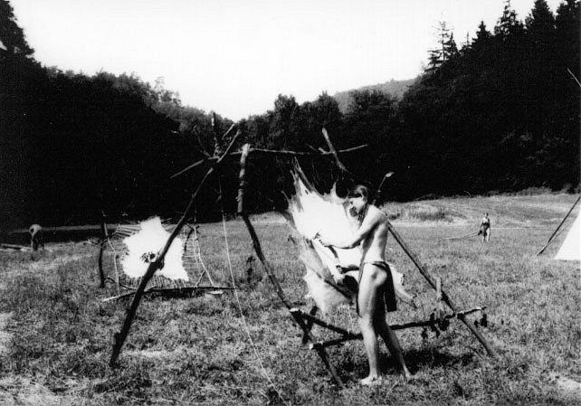Škrábání jelení kůže vypnuté do rámu ostrou škrabkou.