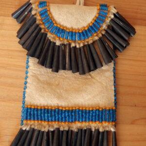 Indiánksý váček z jelenice. Pony beads, plechové kornoutky.