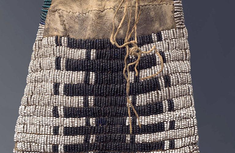 Šajenský nebo Arapažský vak na dýmku ze soukromé sbírky. Je vyšitý korálky seed beads. Bílými a noční modrou. Tmavá barva vypadá jako černá, ale jde o extrémně temný odstín tmavě modré.