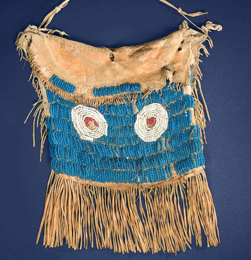 Taška kmene Komanč vyšívaná korálky pony beads. Podklad je typická prachová modrá. Společně s bílou to byly nejstarší barvy, které byly k dispozici.