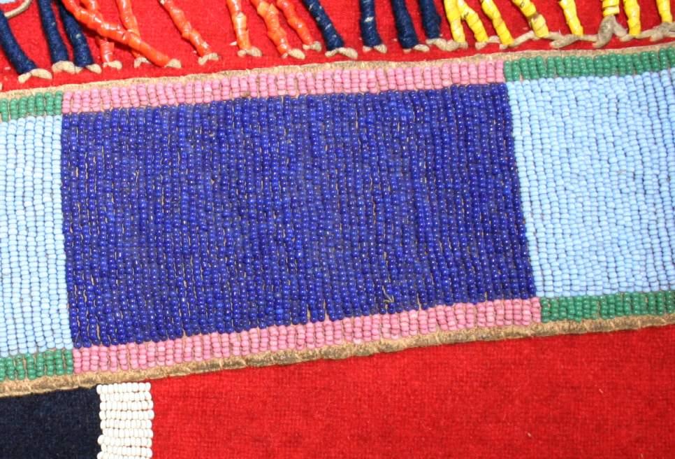 Pás na legíny kmene Vran. Sůjská modrá se střída s panelem tmavě modré.