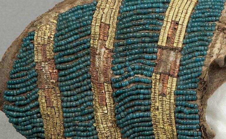 Nárt mokasíny z původní sbírky George Catlina. Nyní NMNH. Korálky jsou staré prachově modré pony beads.
