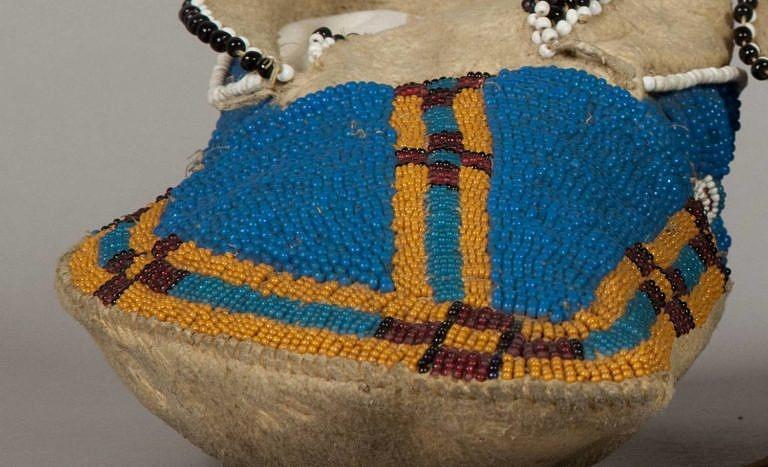 Mokasína s bočním švem ze sbírek NMNH. Krásná ukázka kukuřicových seed beads.