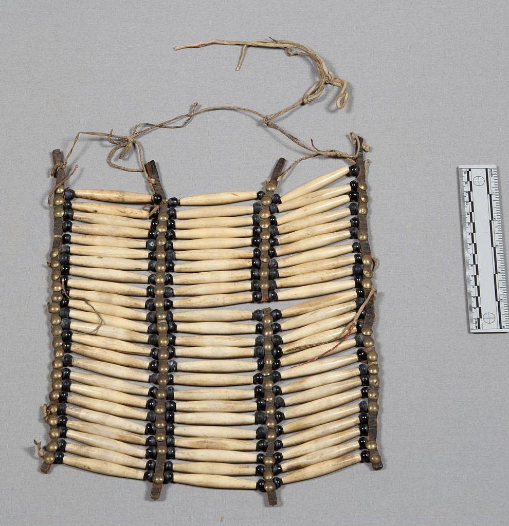 Typická náprsenka z kostěných kostic, jižní pláně. NMNH.