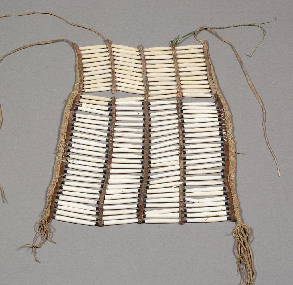 Náprsenka kmene Kiowa. NMNH