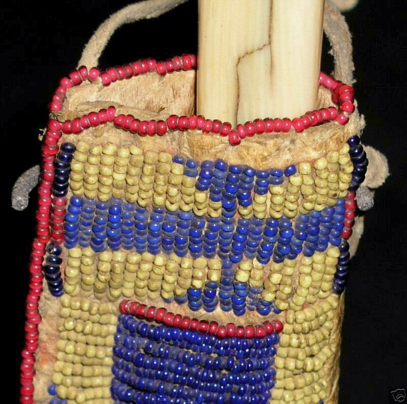 Lakotská pochva na nůž. Ukázka tukově žlutých korálků seed beads.