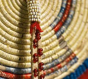 Rozeta z pásu na deku. Na ozdobný závěs jsou připevněny korálky pony beads barvy býčí krve.