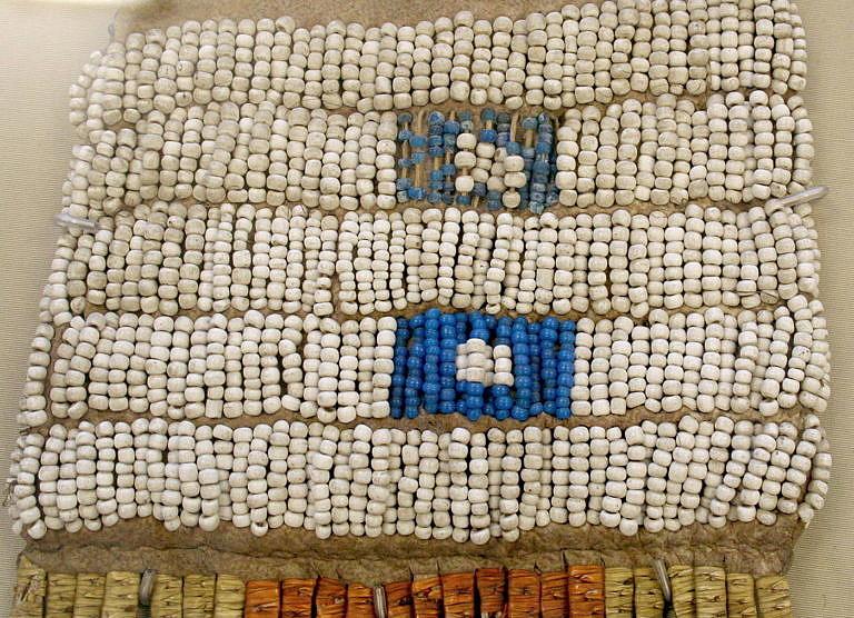 Vak na dýmku kmene Šajen (pravděpodobně). Je vyšit korálky pony beads, bílými a prachově modrými. Pochází jistě z období před rokem 1840. British museum, Londýn.