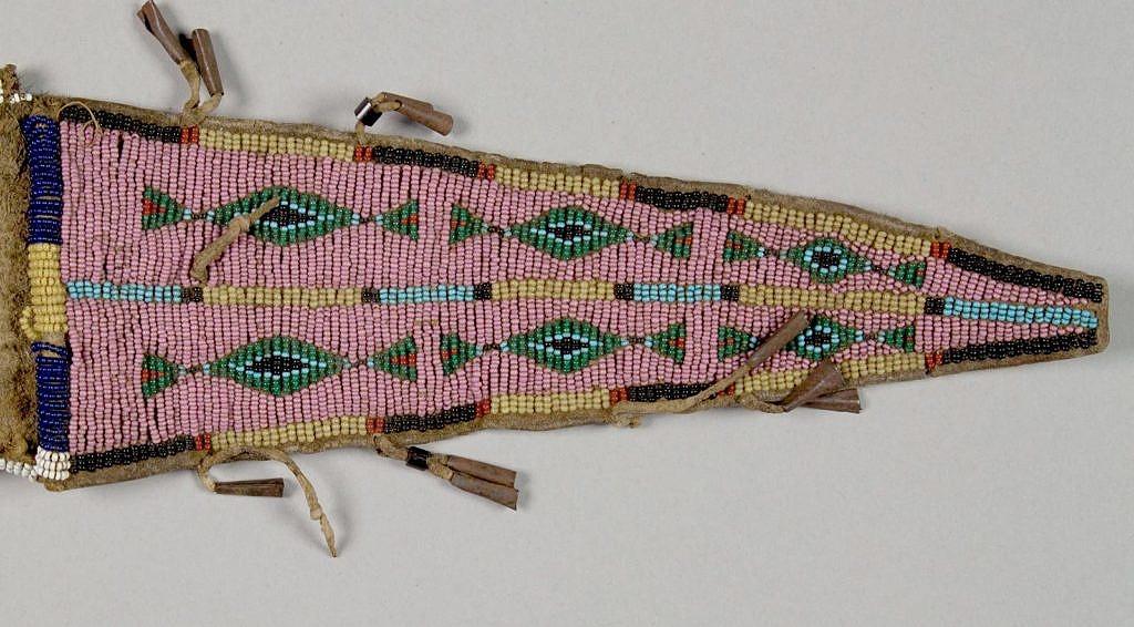 Váček s překlopkou. NMNH. Jeho podklad je vyšit starorůžovými seed beads.