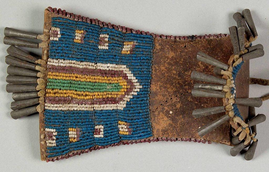 Váček na ocílku kmene Kiowa. Ukázka starých korálků. NMNH.