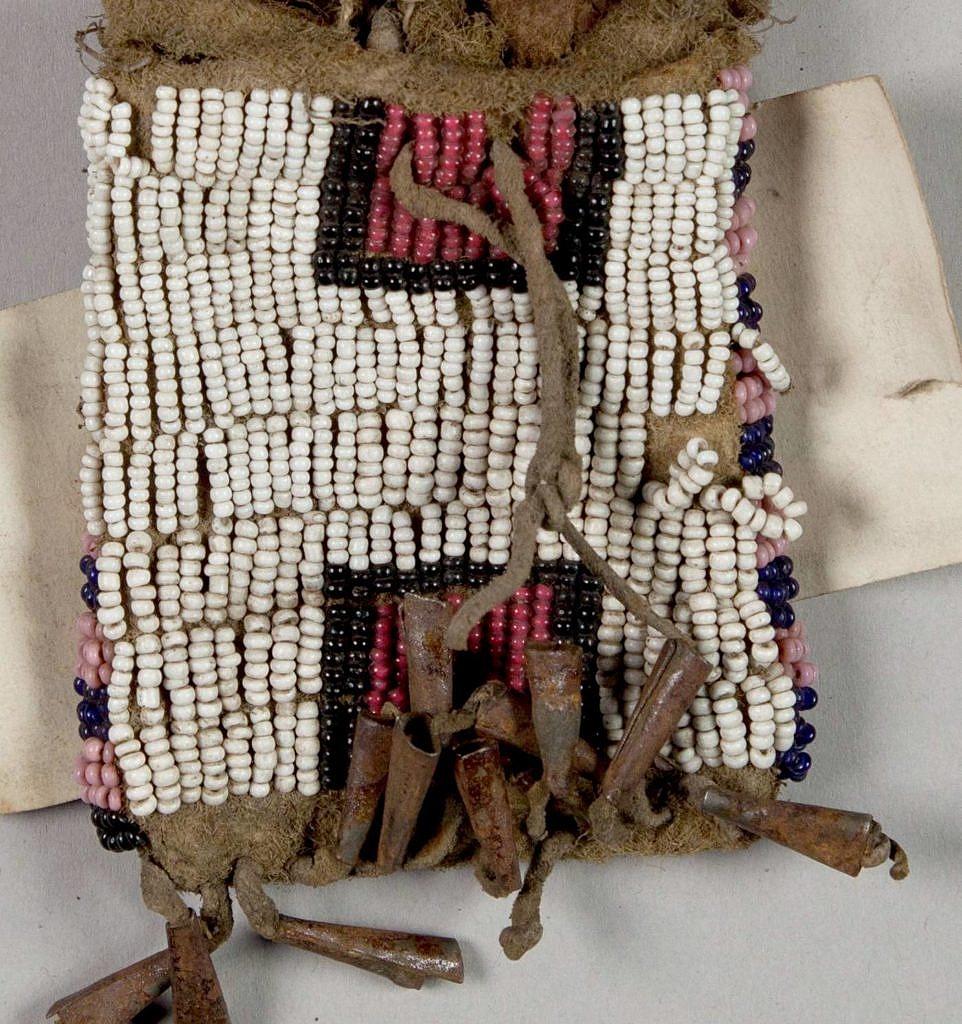 Váček na ocílku. NMNH. Typické staré křídové bílé seed beads.