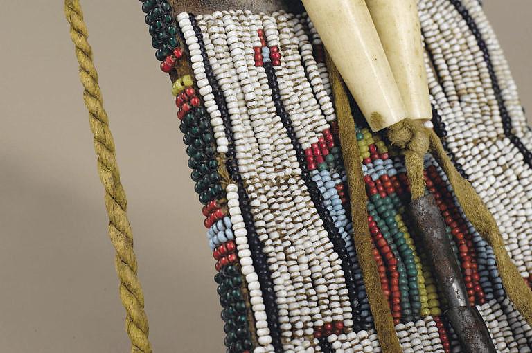Lakotský váček na ocílku, detail starých korálků seed beads.