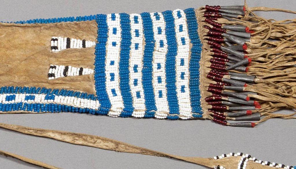 Vak na dýmku, cca 1840. Kombinace prachově modrých a bílých pony beads je pro 1. polovinu 19.století typická. Ostatní barvy byly k dispozici jenom v omezeném množství.