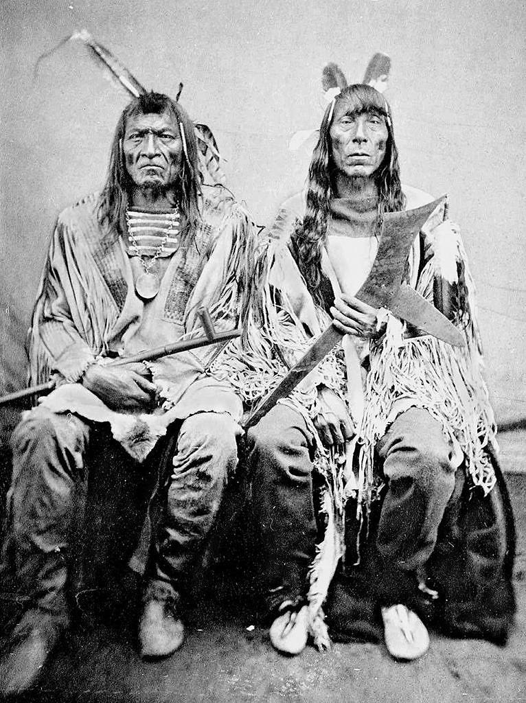 Vraní hruď a Chudý vlk, Hidatsové. Fotografie z roku 1872.