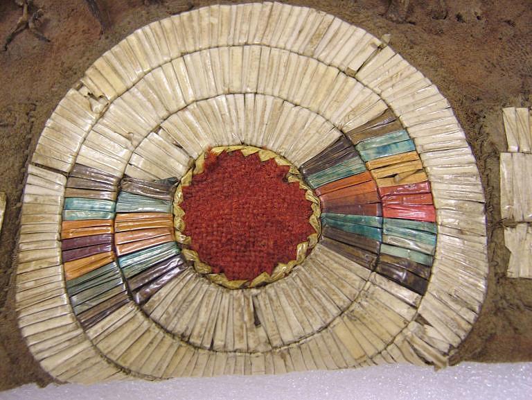 Detail výšivky z ursoních ostnů.