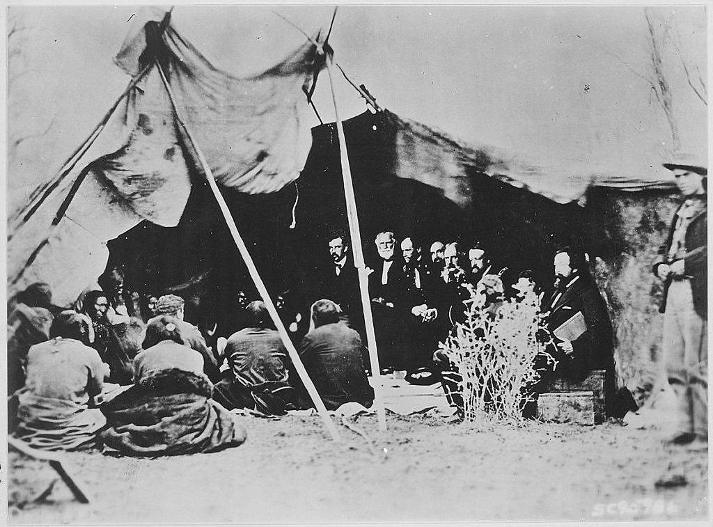 Vyjednávání ve Fort Laramie v roce 1868 mezi americkou vládou a indiánskými kmeny, zejména kmeny Lakotů vedlo k uzavření smlouvy, která byla mimo jiné stvrzena kouřením obřadní dýmky.
