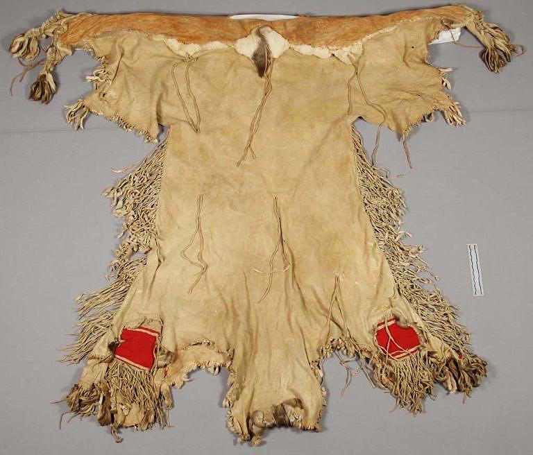 Šaty z kůží ovce tlustorohé kmene Mandan, Arikara nebo Hidatsa. Získány byly v roce 1871 v rezervaci Fort Bufford. NMNH.